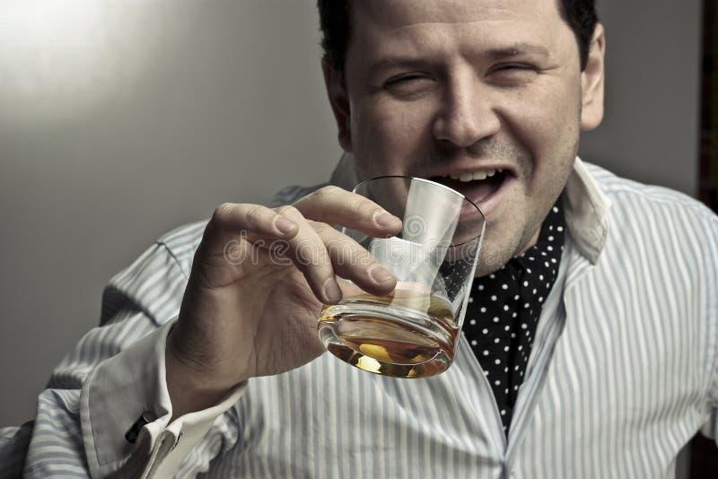 Homem considerável com um vidro do conhaque. fotografia de stock royalty free