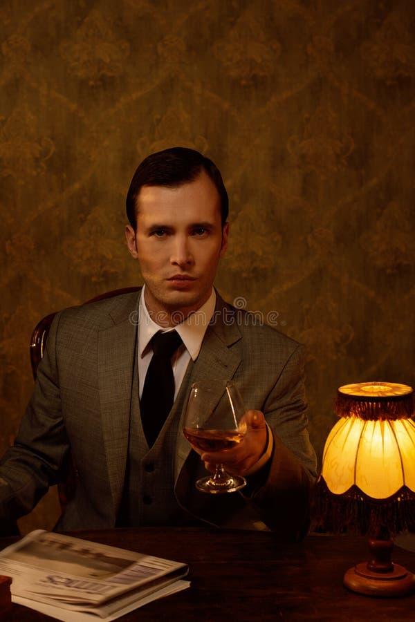 Homem considerável com vidro foto de stock