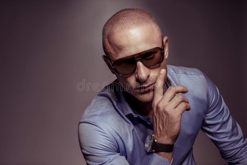 Homem considerável cortês nos óculos de sol fotografia de stock royalty free