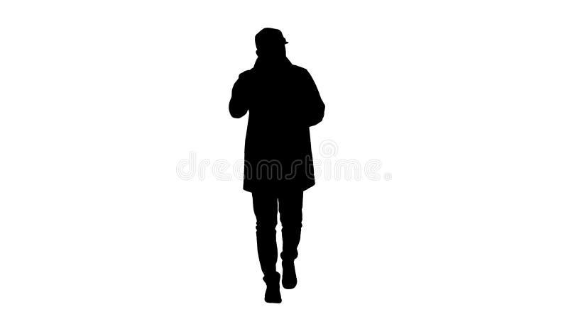 Homem considerável da silhueta no revestimento de trincheira leve que fala à câmera Focalize e pense sobre ele gesticula ilustração do vetor