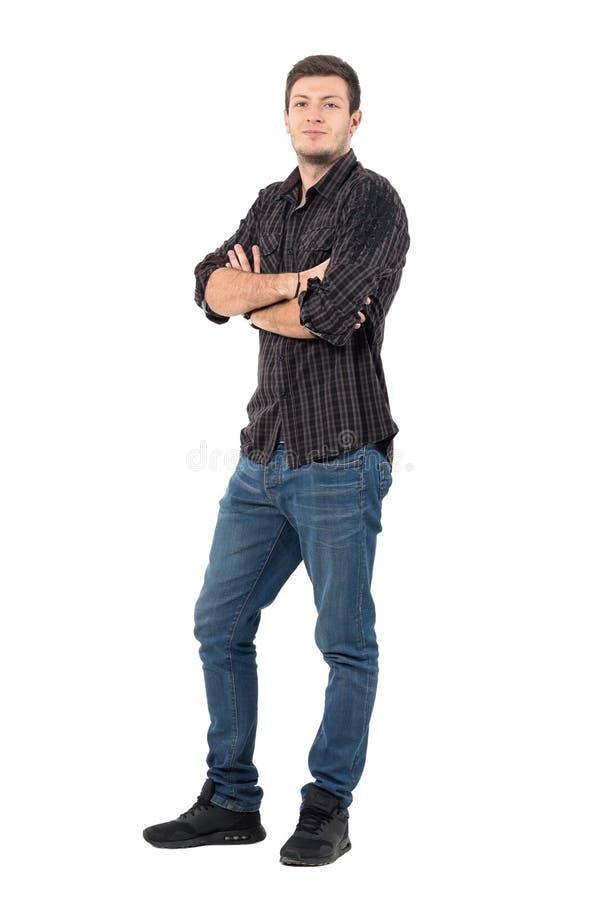 Homem considerável de sorriso com rolado acima das luvas da camisa com braços cruzados foto de stock royalty free