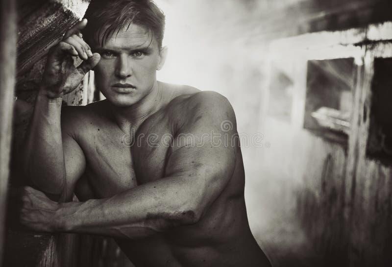 Homem considerável do atleta em preto e branco fotografia de stock