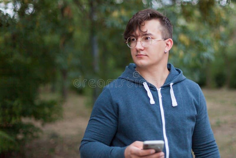Homem considerável do caucasia com monóculos e telefone celular redondos foto de stock royalty free