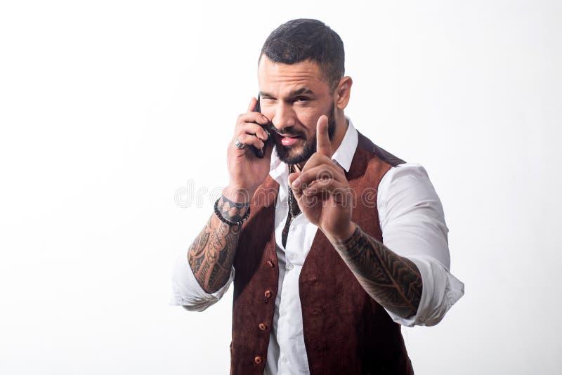 Homem considerável do latino para falar no telefone homem macho isolado no branco Discuss?o incorporada Executivos que usam dispo imagens de stock royalty free