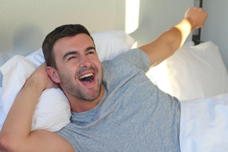 Homem considerável do smiley que acorda com energia imagem de stock