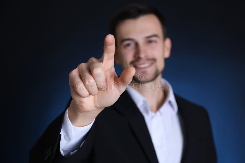 Homem considerável em tela invisível tocante do terno formal fotos de stock