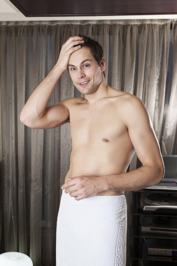 Homem considerável envolvido na toalha foto de stock