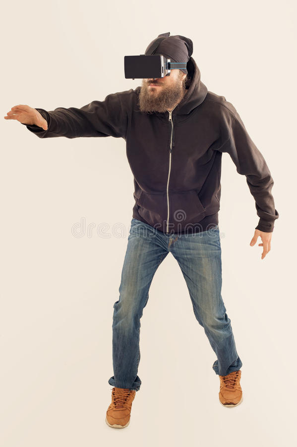 Homem considerável farpado novo que usa o dispositivo da realidade virtual imagem de stock royalty free