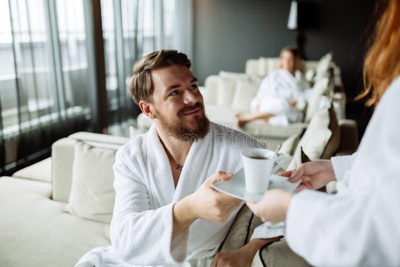 Homem considerável feliz após ter recebido o chá da manhã fotos de stock royalty free