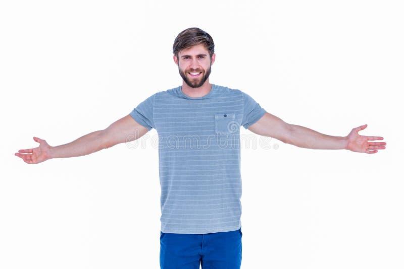 Homem considerável feliz que olha a câmera com braços acima fotos de stock