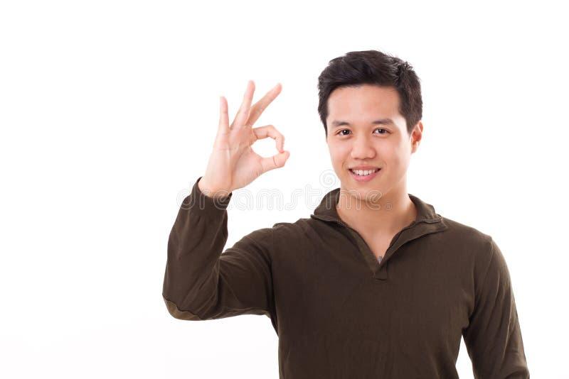 Homem considerável, feliz, sorrindo que dá o sinal aprovado da mão foto de stock