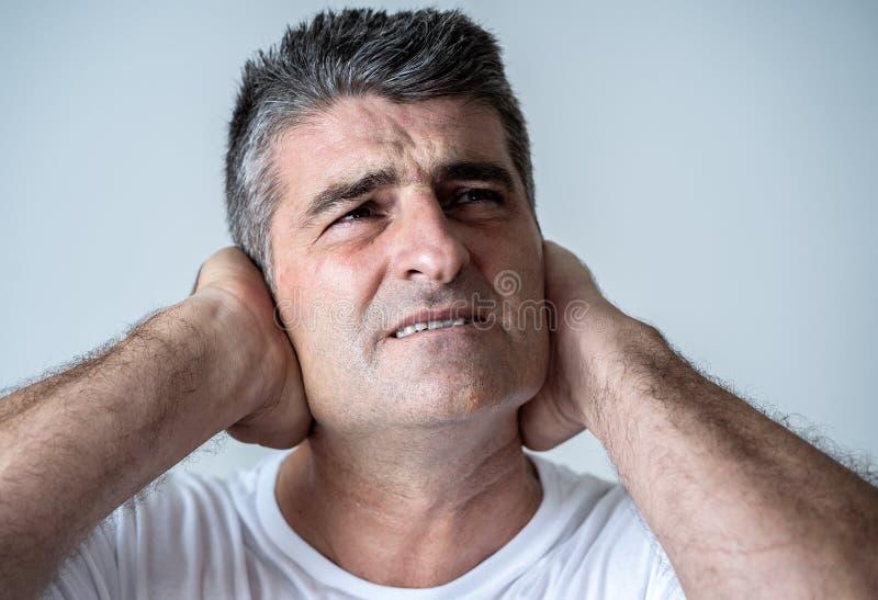 Homem considerável maduro triste e desesperado que sente comprimido em expressões faciais e em depressão imagem de stock royalty free