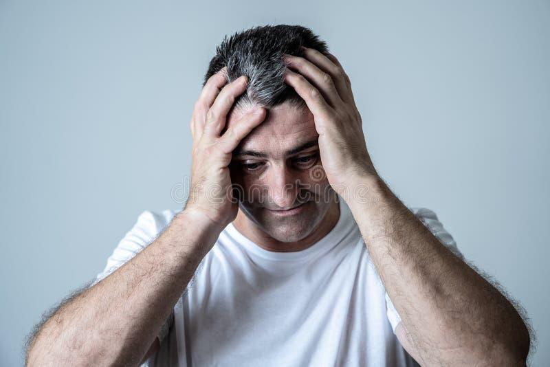 Homem considerável maduro triste e desesperado que sente comprimido em expressões faciais e em depressão fotos de stock royalty free
