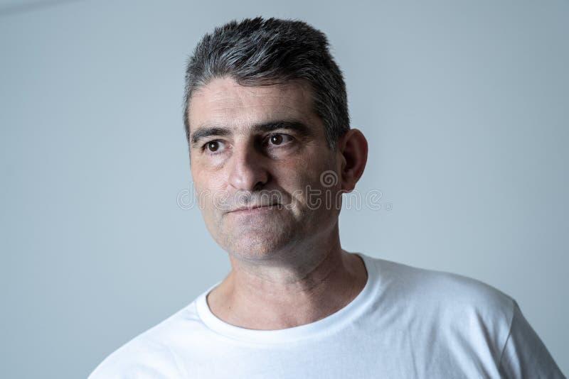 Homem considerável maduro triste e desesperado que sente comprimido em expressões faciais e em depressão fotos de stock