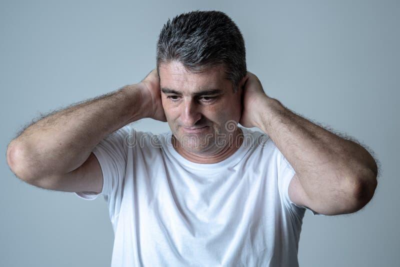 Homem considerável maduro triste e desesperado que sente comprimido em expressões faciais e em depressão imagens de stock royalty free