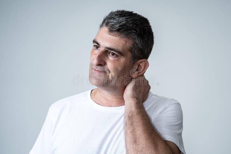 Homem considerável maduro triste e desesperado que sente comprimido em expressões faciais e em depressão foto de stock