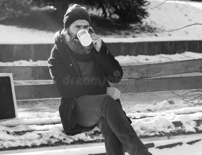 Homem considerável, moderno farpado com barba e bigode coberto com as bebidas brancas da geada do copo com texto do bom dia fotografia de stock royalty free