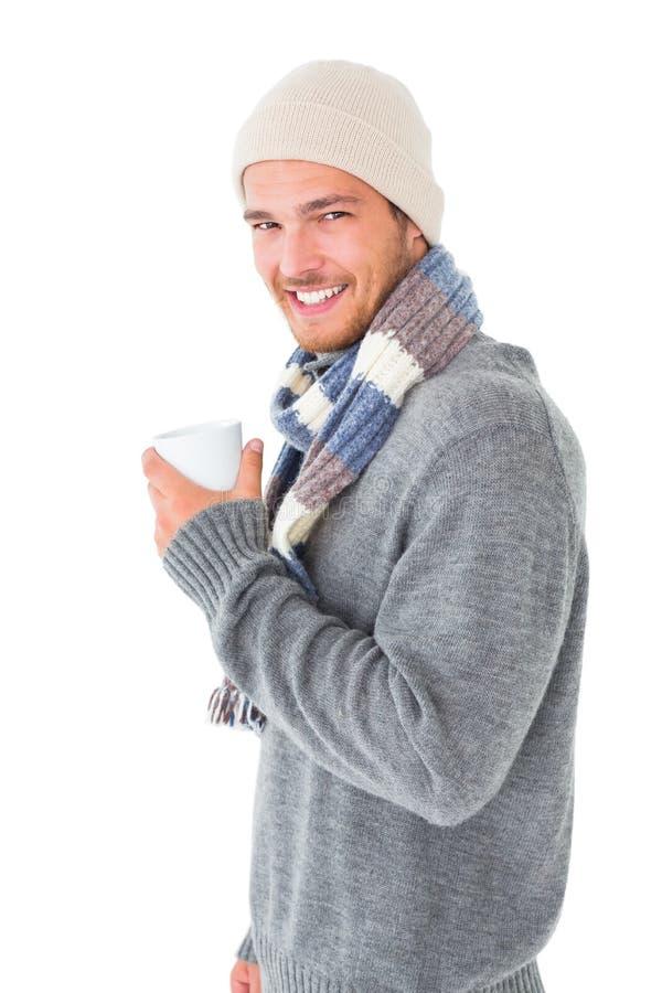 Homem considerável na forma do inverno que guarda a caneca imagens de stock