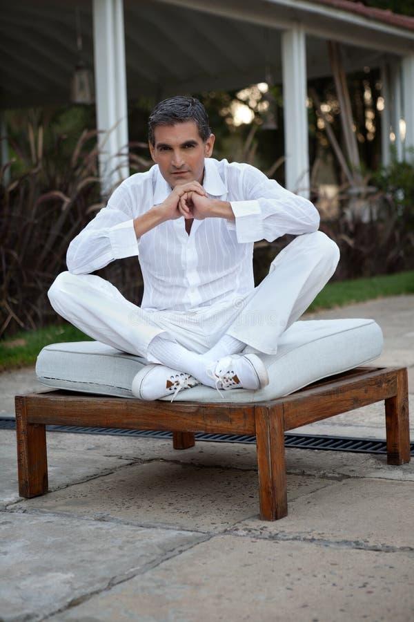 Homem considerável na roupa do estilo ocasional imagens de stock royalty free