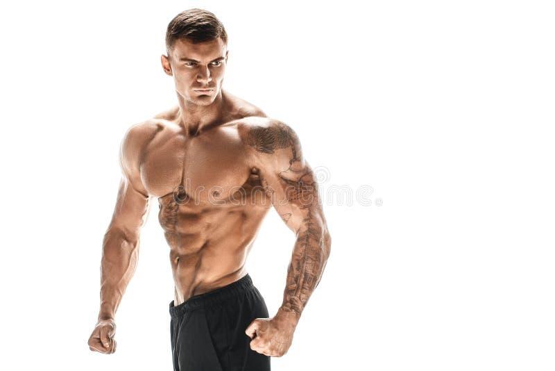 Homem considerável nivelado super-alto muscular que levanta no fundo branco imagens de stock royalty free