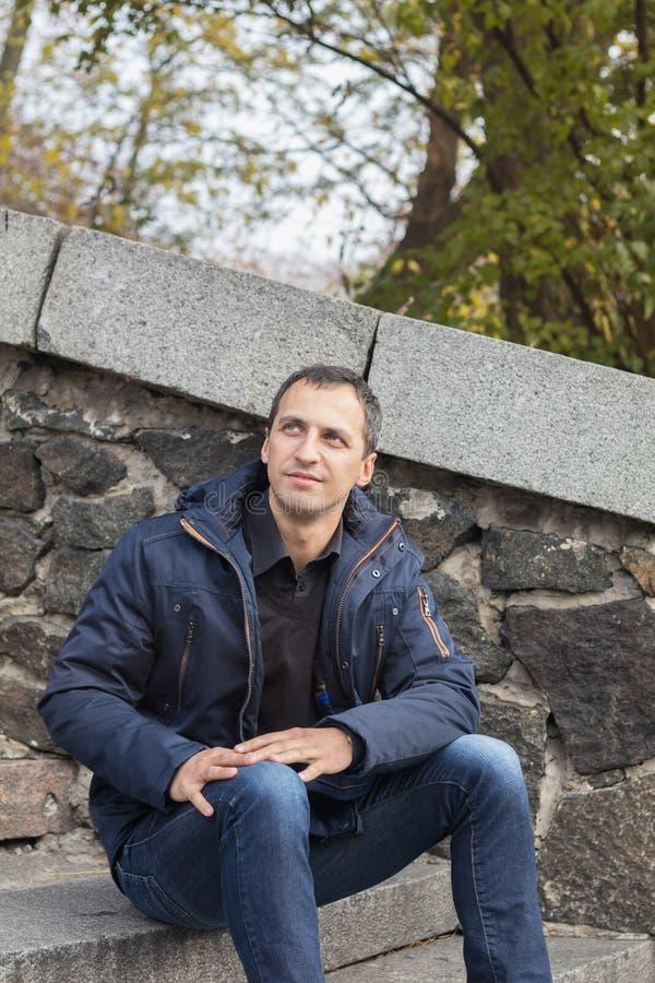 Homem considerável no parque do outono fotografia de stock