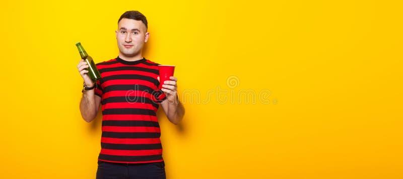 Homem considerável no t-shirt brilhante com cerveja fotos de stock