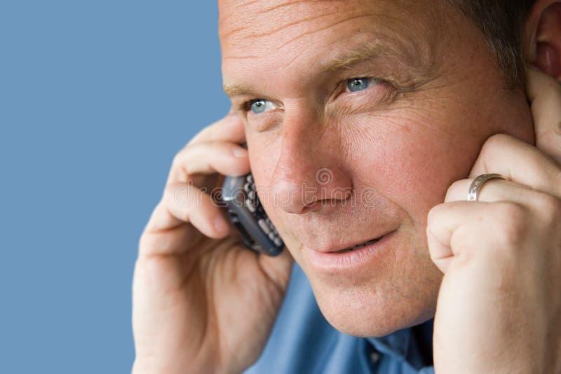 Homem considerável no telefone de pilha foto de stock