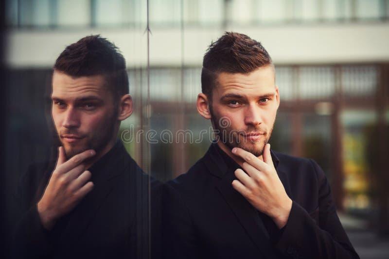Homem considerável no terno fotografia de stock