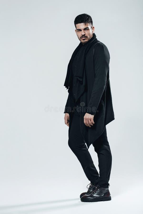 Homem considerável no terno e em botas pretos imagem de stock