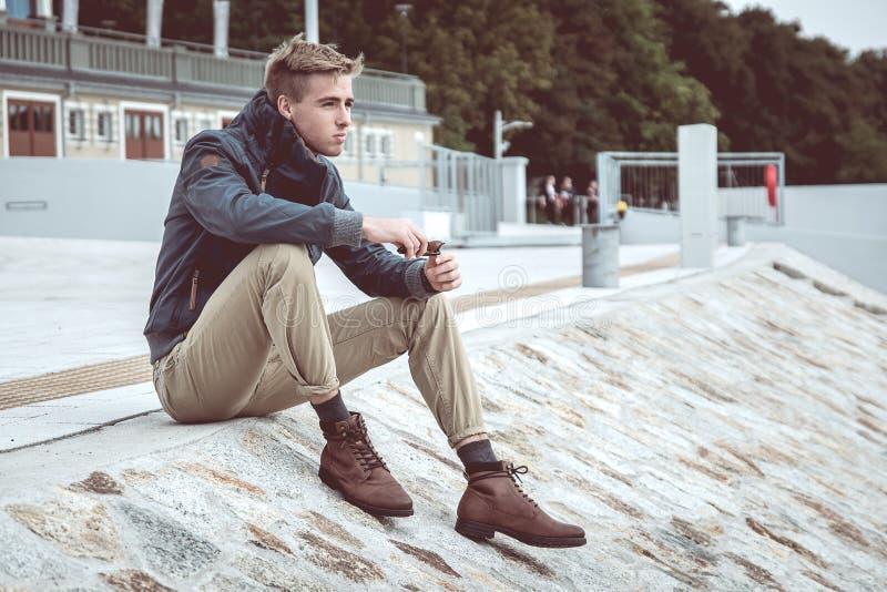 Homem considerável novo à moda fotografia de stock