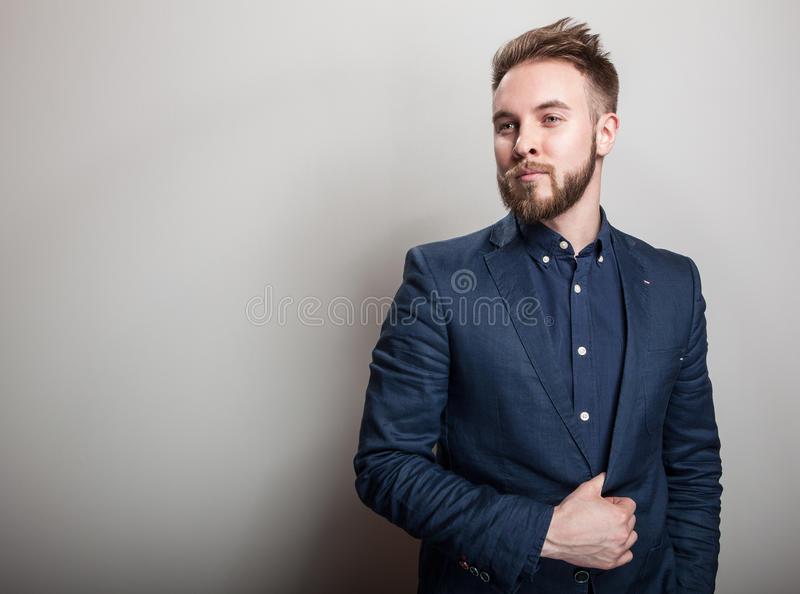 Homem considerável novo elegante na obscuridade clássica - traje azul Retrato da forma do estúdio fotos de stock