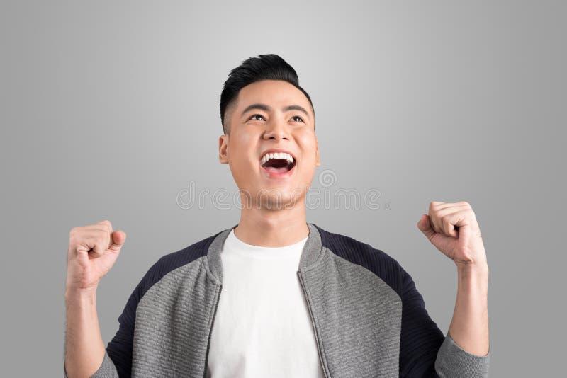 Homem considerável novo feliz que gesticula e que mantém o lookin aberto da boca foto de stock royalty free