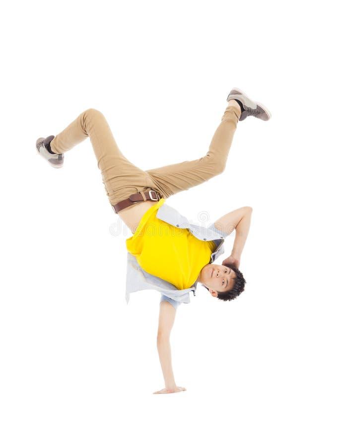 Homem considerável novo que dança o breakdance à moda e fresco imagem de stock royalty free