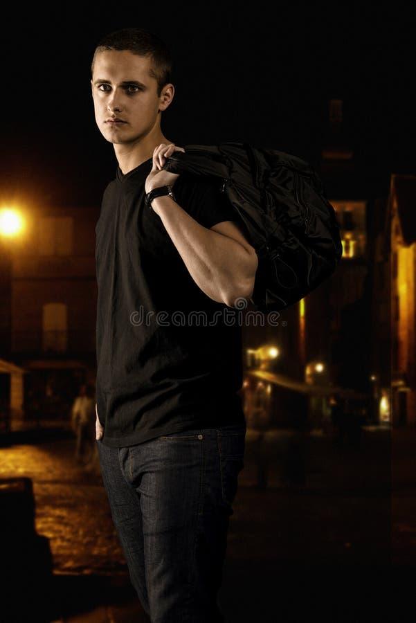 Retrato do homem no preto na rua na noite foto de stock royalty free