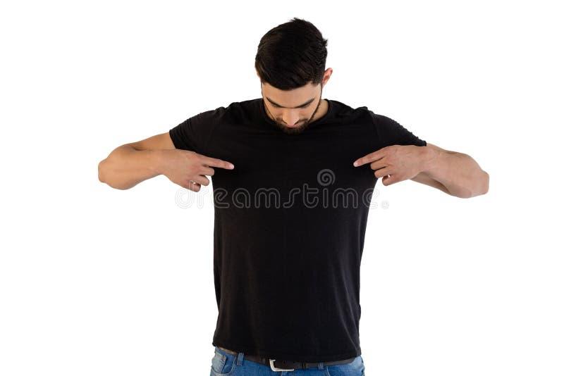 Homem considerável que aponta no t-shirt fotografia de stock royalty free