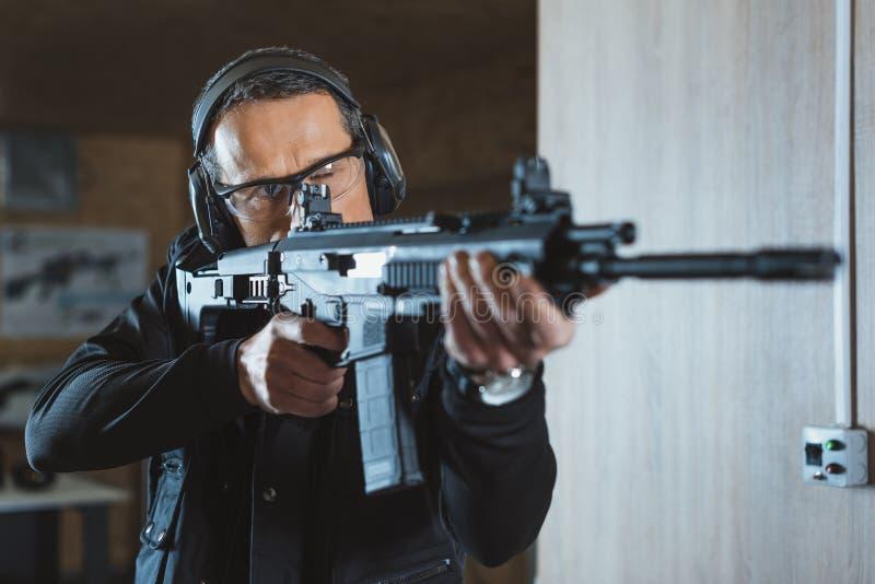 homem considerável que aponta o rifle imagens de stock royalty free