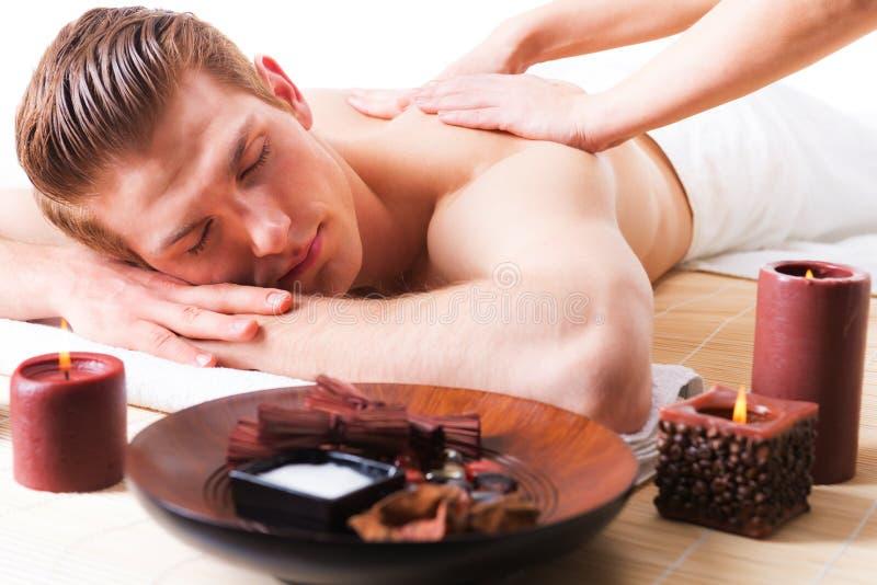 Homem considerável que aprecia uma massagem profunda da parte traseira do tecido foto de stock