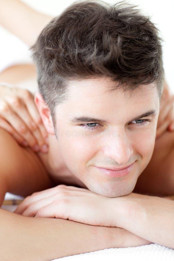 Homem considerável que aprecia uma massagem traseira imagem de stock royalty free