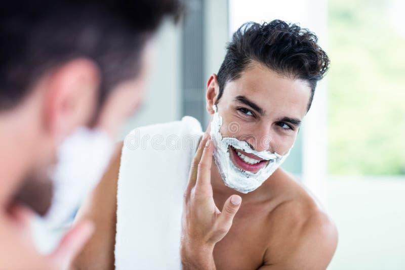 Homem considerável que barbeia sua barba fotos de stock royalty free