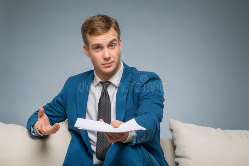 Homem considerável que confirma papéis oficiais foto de stock royalty free