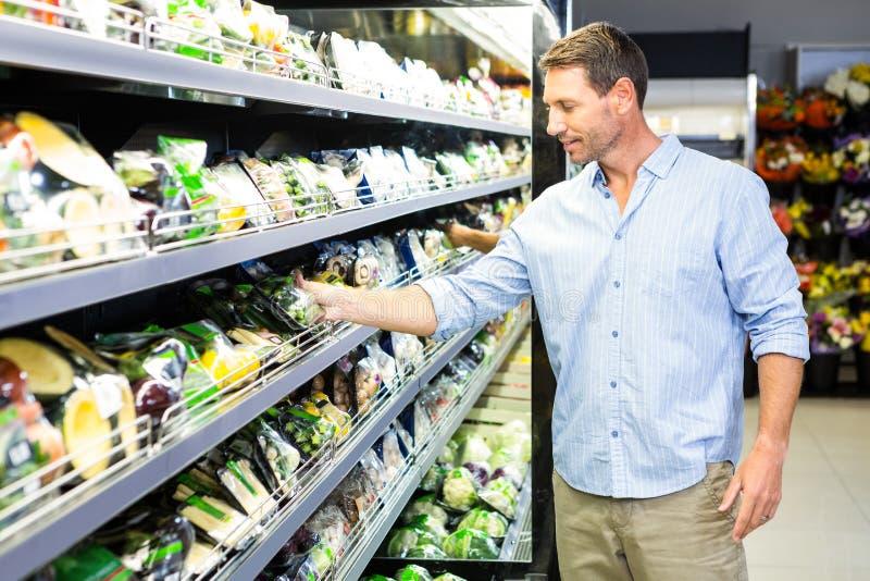 Homem considerável que faz compras na mercearia imagens de stock royalty free