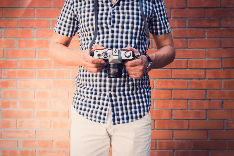Homem considerável que guarda a câmera antiquado imagem de stock royalty free