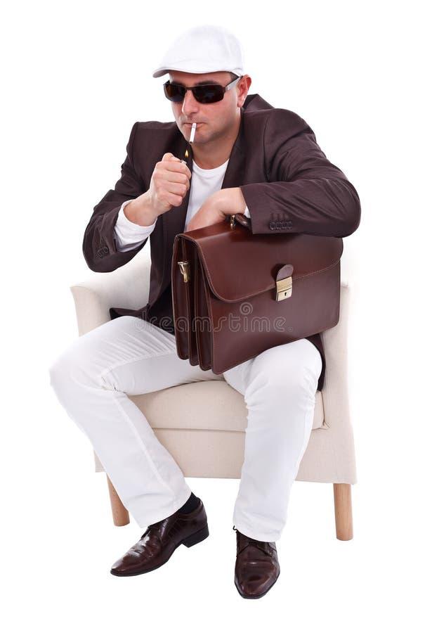 Homem considerável que ilumina seu cigarro foto de stock royalty free