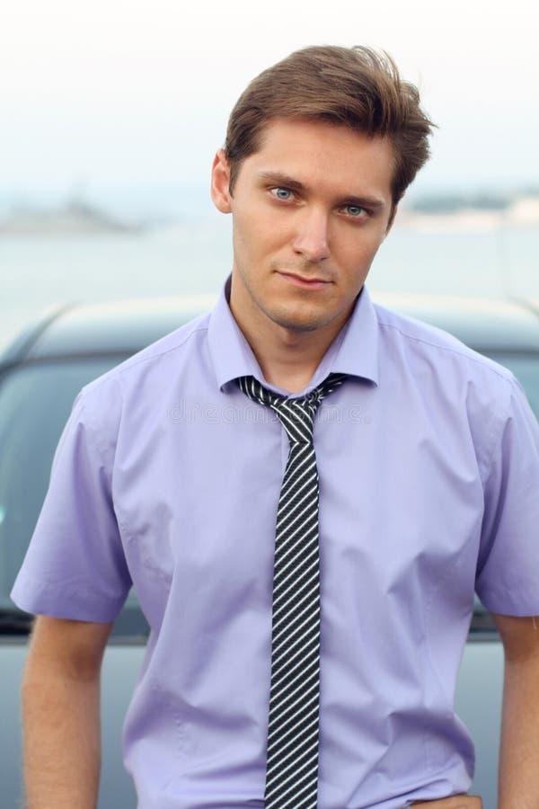 Homem considerável que inclina-se ocasional contra o carro, retrato exterior fotos de stock
