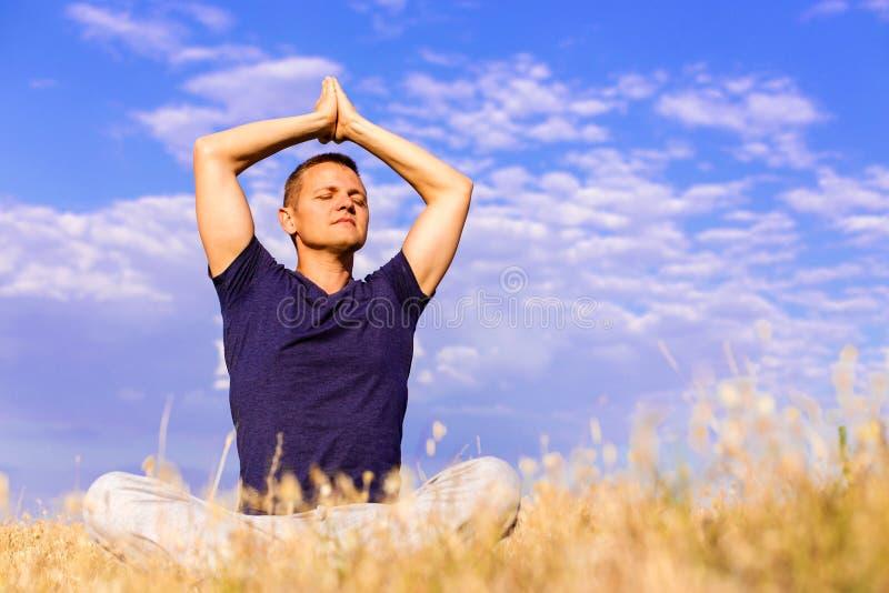 Homem considerável que medita sobre o campo foto de stock royalty free