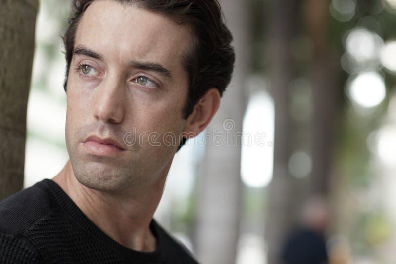 Homem considerável que olha sobre seu ombro foto de stock royalty free