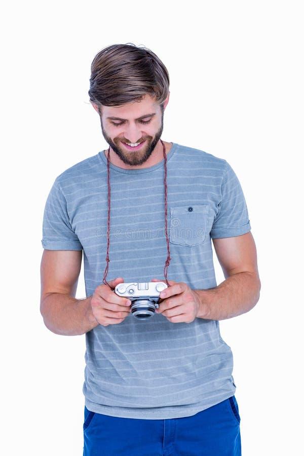 Homem considerável que olha sua câmera da foto imagem de stock
