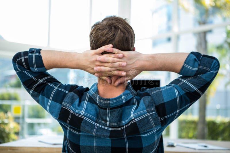 Homem considerável que outstretching seus braços foto de stock royalty free