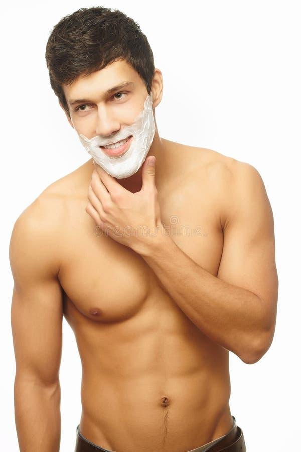 Homem considerável que raspa como parte da rotina da manhã imagens de stock