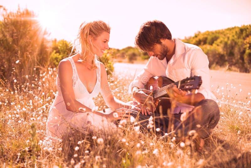 Homem considerável que serenading sua amiga com guitarra ilustração do vetor